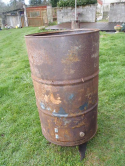 Grandhan 10h. Il y a encore un gros con qui brûle ses crasses dans un tonneau au fond du jardin et j'en ai ras le bol !